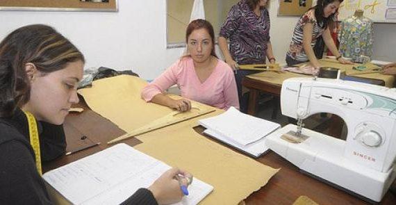 El contrato para la formación y el aprendizajees una modalidad de contrato de trabajo que pretende la cualificación profesional de los trabajadores